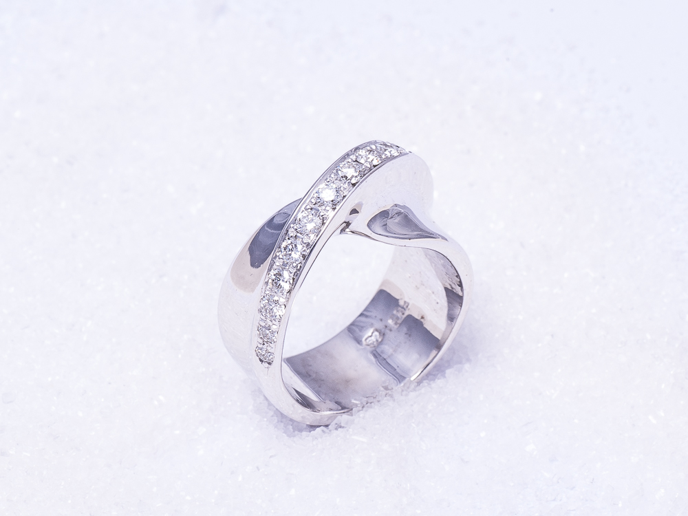 `Vridd` hvitt gull med 15 diamanter