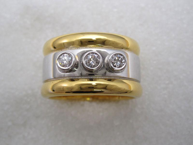 Ring i gult og hvitt gull med diamant.