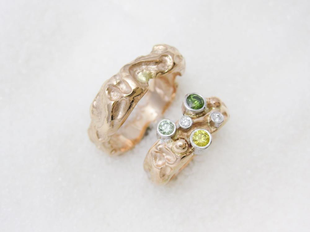 Forlovelsesringer i gult gull, en med diamanter og fargete diamanter
