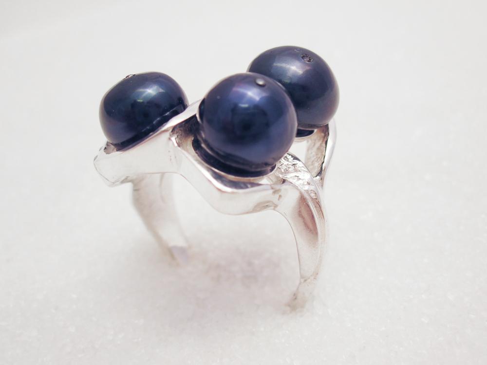 Ring i sølv med svart ferskvannsperle