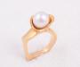 """Ring i gult gull """"pearl bud"""" med kultur perle"""