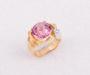 Ring i gult gull med rosa turmalin cabochon og diamant
