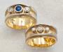 Ringer i gult og hvitt gull med diamanter og safir.