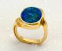 Ring i gult gull med opal triplet.