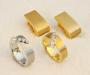 Ringer i hvitt og gult gull med tilhørende ørepynt.