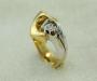 """Ring i gult og hvitt gull med én diamant, modell """"Billabong""""."""