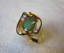 Ring i gult gull med opal og diamanter.