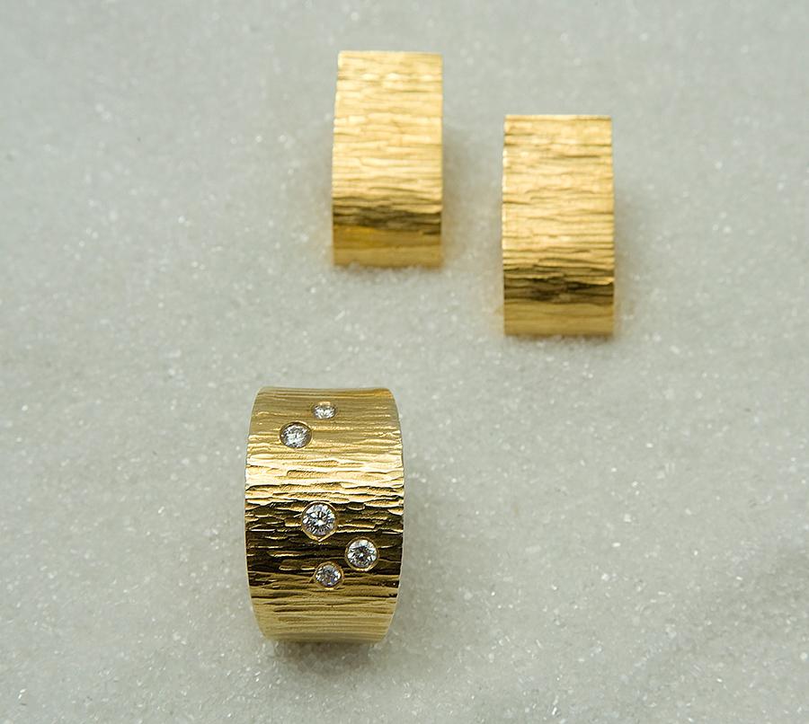 """Ring i gult gull med diamanter og tilhørende ørepynt, modell """"Tønne""""."""