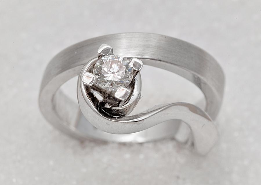 Ring smidd i hvitt gull med diamant.