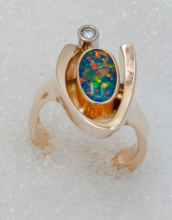 Ring i gult gull med opal triplet og diamant.