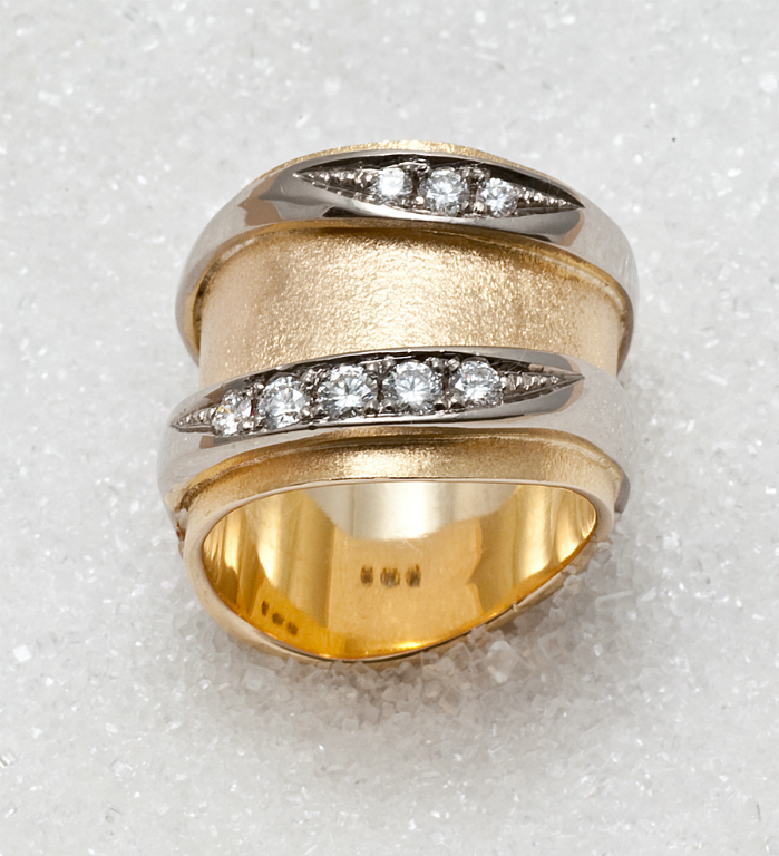 Ring i gult og hvitt gull med diamanter.