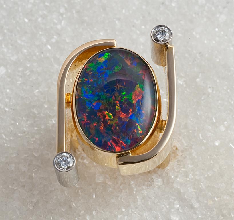 Ring i gult gull med opal triplet og diamanter.