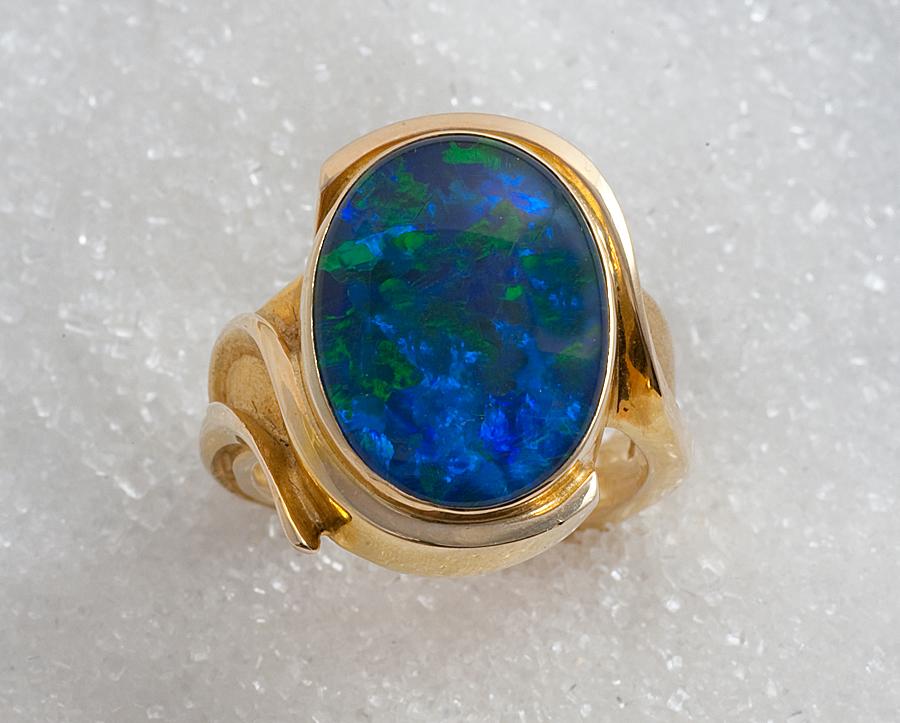 """Ring i gult gull """"Cabosjon Ring"""" med opal triplet."""