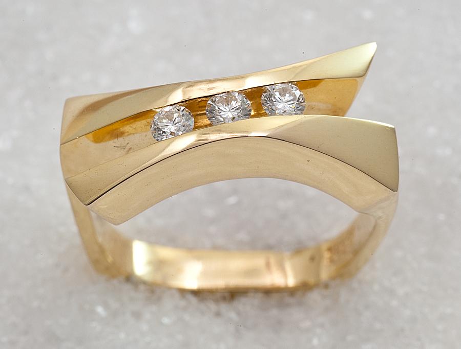Ring i gult gull med diamanter.