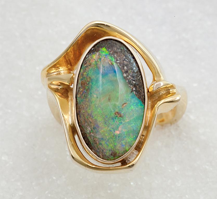 """Ring smidd i gult gull med """"Boulder"""" opal."""