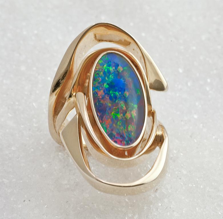 Ring smidd i gult gull med opal triplet.