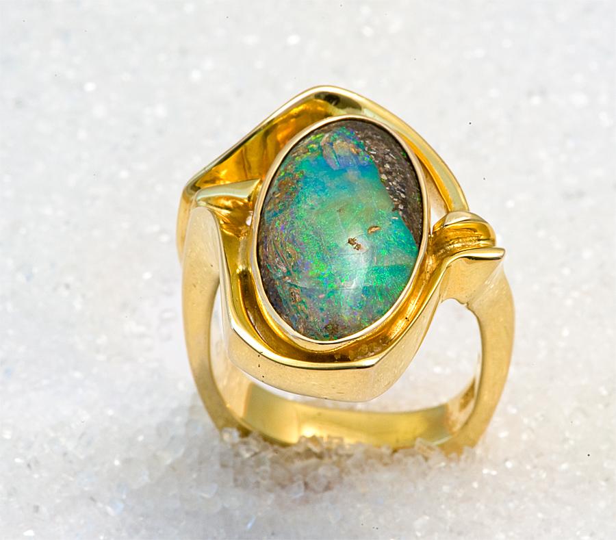 """Ring i gult gull med """"Boulder"""" opal."""