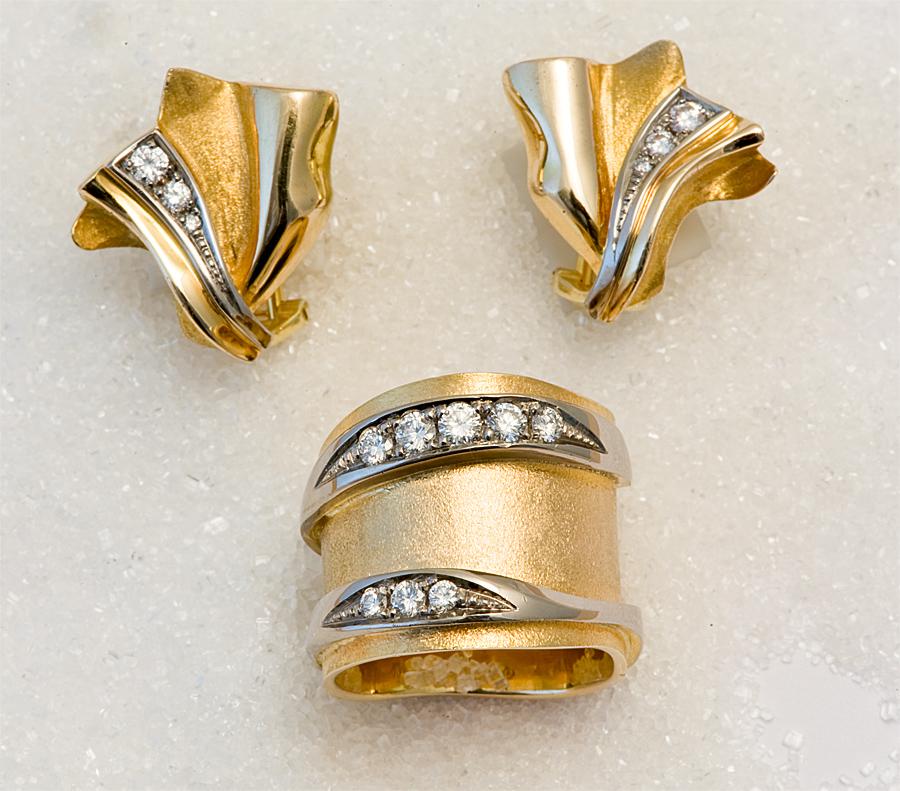 Ring og øresmykker i gult gull med diamanter.