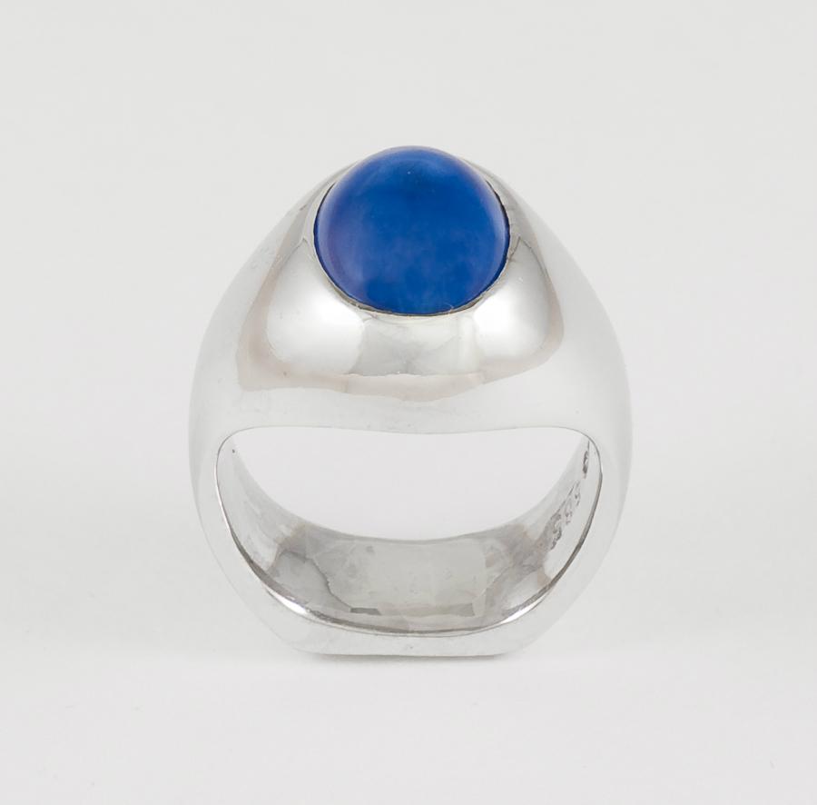 Ring i hvitt gull med lapis lazuli.