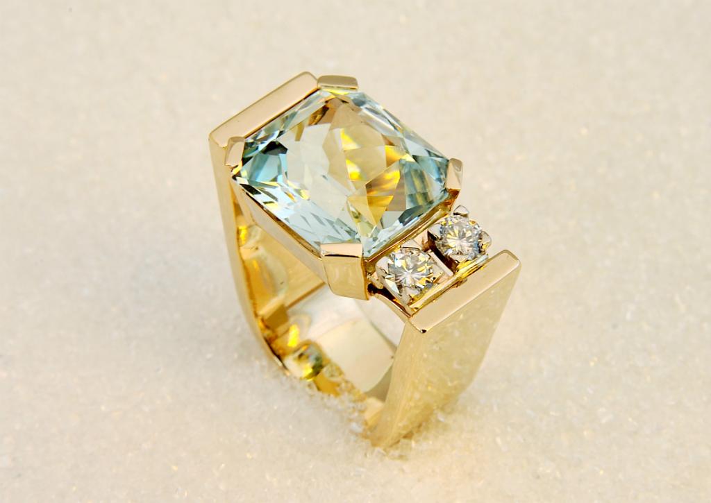 Ring i gult gull med rektangelformet akvamarin og to diamanter.