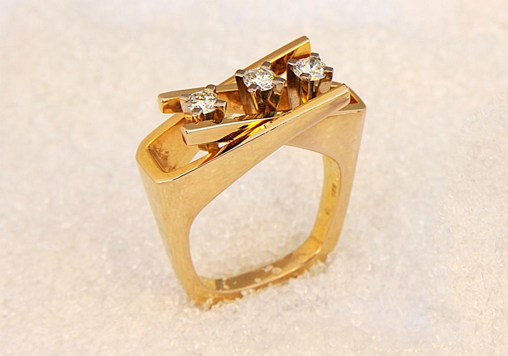 Ring i gult gull med tre diamanter.