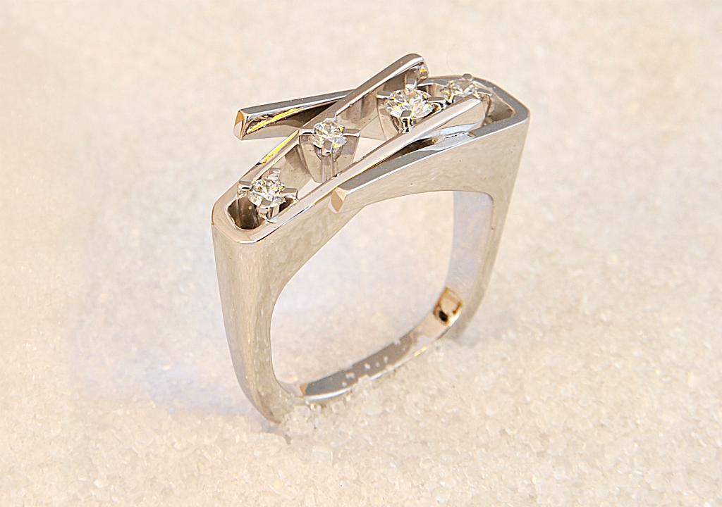 Ring i hvitt gull med fire diamanter.