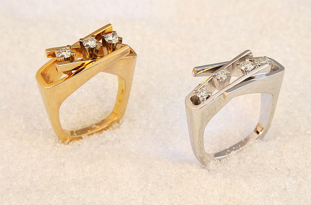 Ringer i hvitt og gult gull med tre og fire diamanter.
