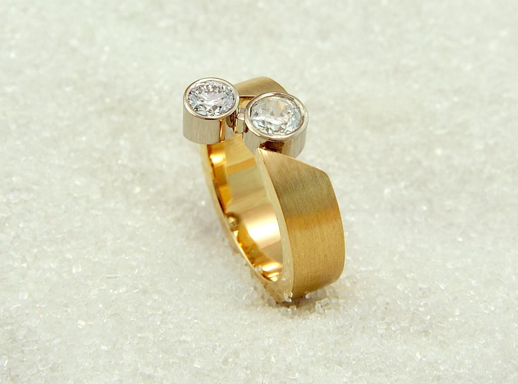 Ring i gult gull med to diamanter.