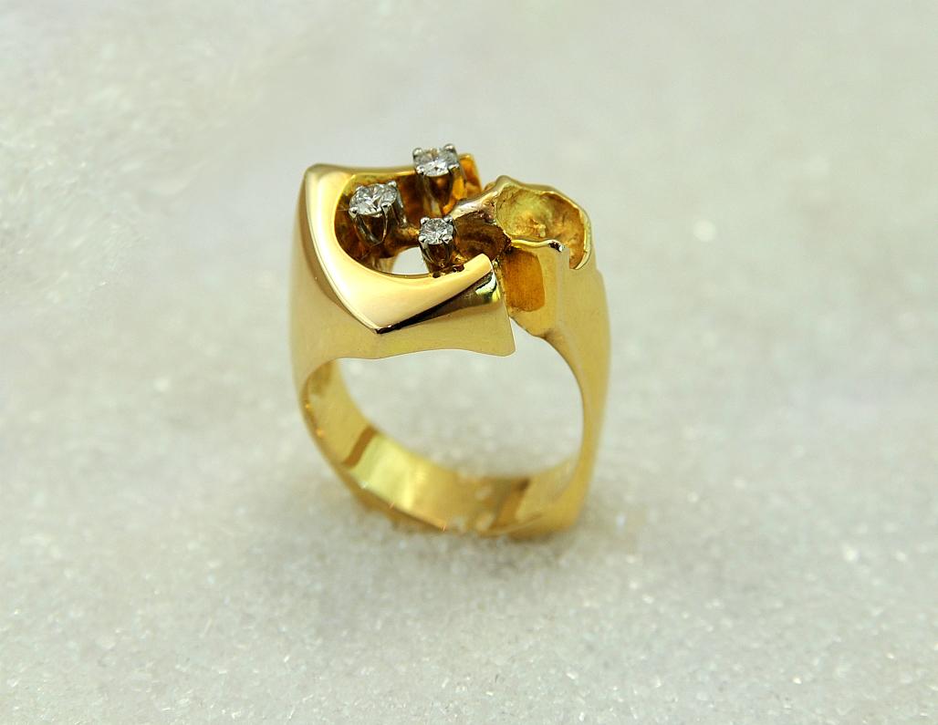 "Ring i gult gull med tre diamanter, modell ""Boomerang""."