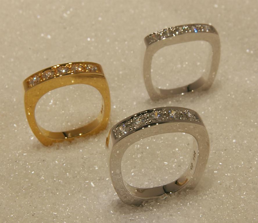 Allianseringer i gult eller hvitt gull med diamanter.