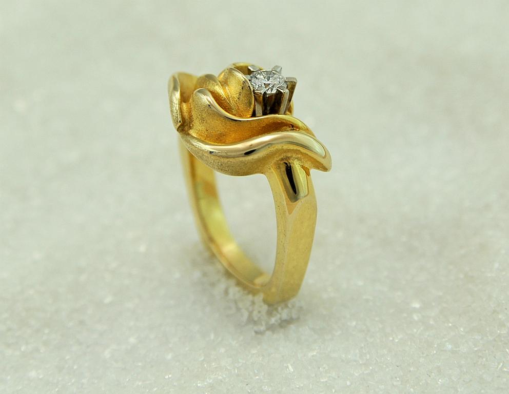 "Ring i gult gull med en diamant, modell ""Lotus""."