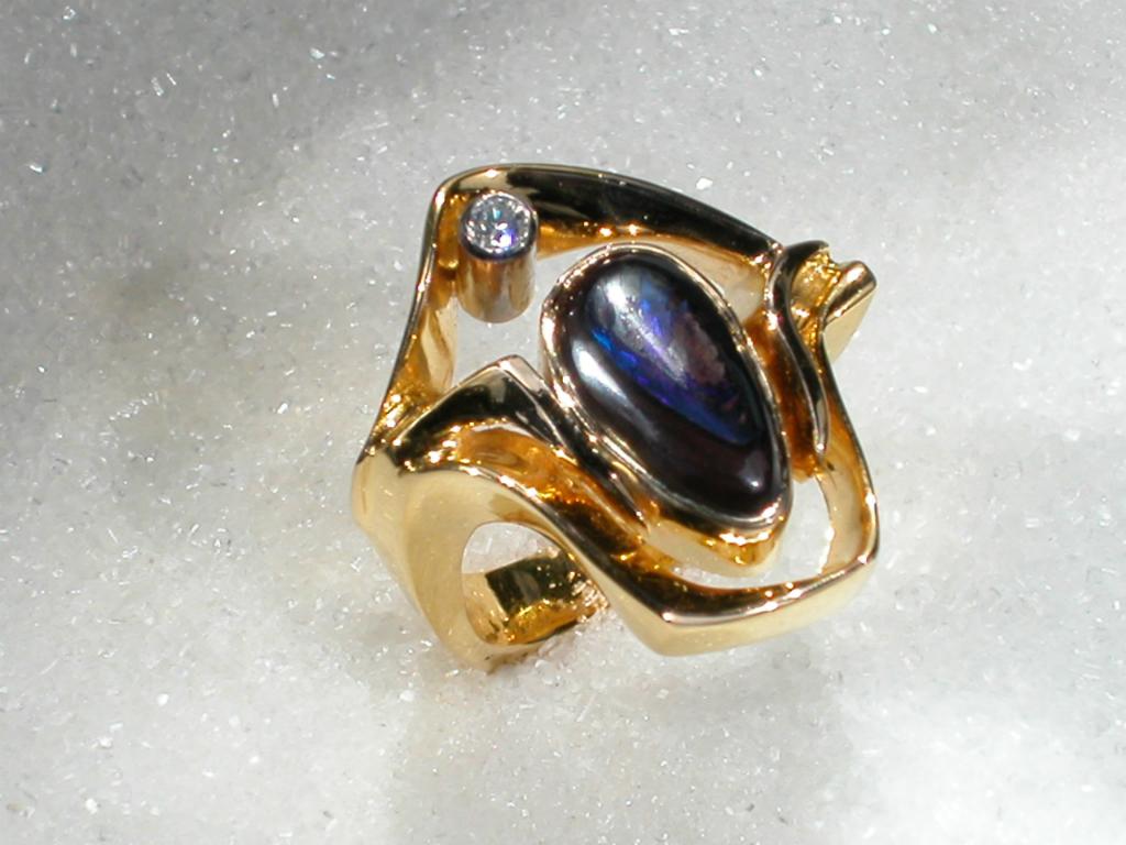 """Ring i gult gull med """"Boulder"""" opal og diamant."""