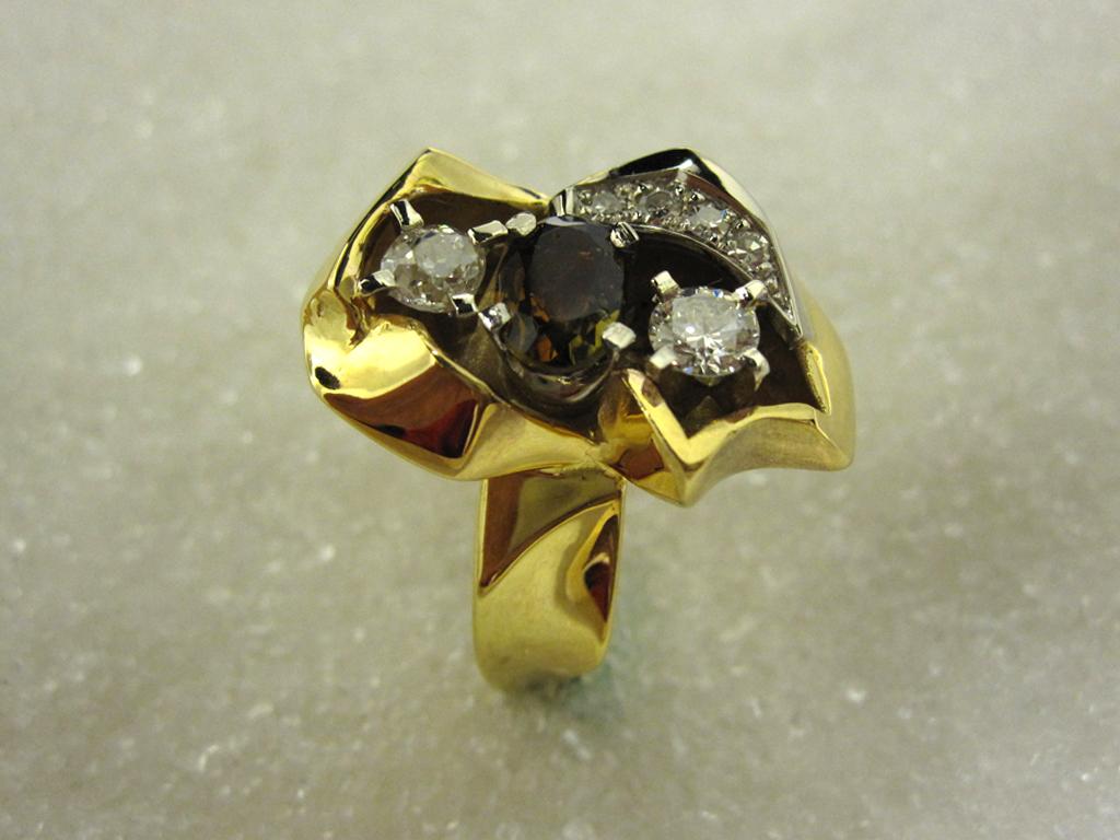 """Ring i gult gull, modell """"Bryo"""" med fasettert andelusitt og diamanter."""