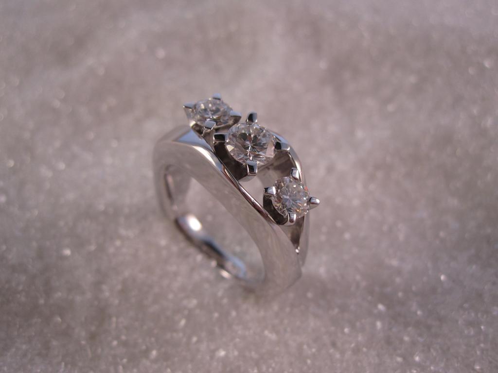 Ring smidd i hvitt gull med tre diamanter.