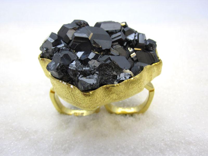 Ring i gult gull med tourmaline krystall.