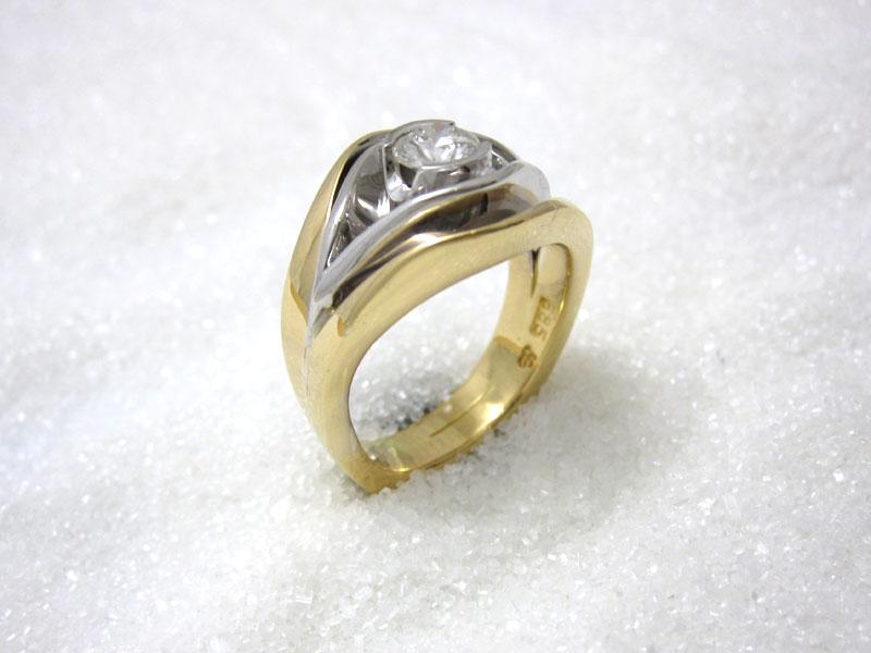 Ring smidd i gult og hvitt gull med diamant.