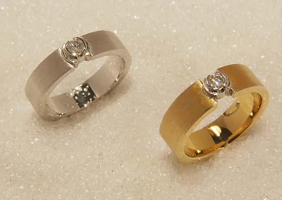 Ring i gult eller hvitt gull med diamanter.