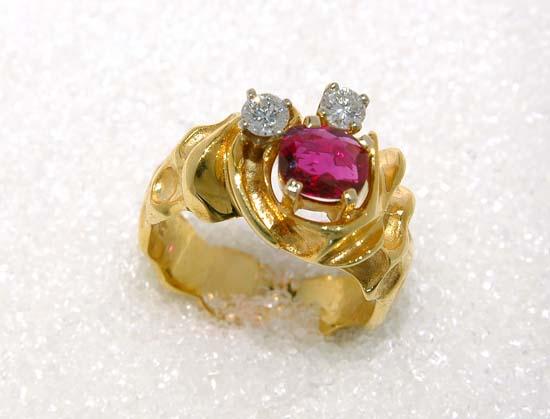 """Ring i gult gull med rubin og diamant, modell, """"Ripple""""."""