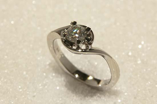 """Ring smidd i hvitt gull med diamant, mod. """"Svalbard""""."""