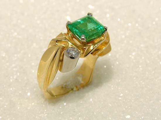 """Ring i gult og hvitt gull med emerald og diamant, mod. """"Undular""""."""