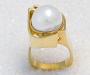 Ring in yellow gold with a South Sea pearl.