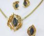 Smykkesett: Anheng/ brosje, ring, og øresmykker i gult gull med Titanitt- Sulitjelma Norge