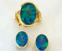 Jewellery set of ring and earrings in yellow gold with opal triplets.