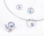 Smykkeset i sølv med en lyseblå topas