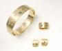 Smykkesett: Armring, ring og ørepynt i gult gull med diamanter og fargede diamanter