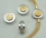 """Smykkesett i gult og hvitt gull, modell """"Krymp"""". Lås med halskjede av strikket gult gull. Ørepynt og ring med diamanter."""