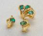 Ring i gult gull og øresmykker med smaragd og diamant.