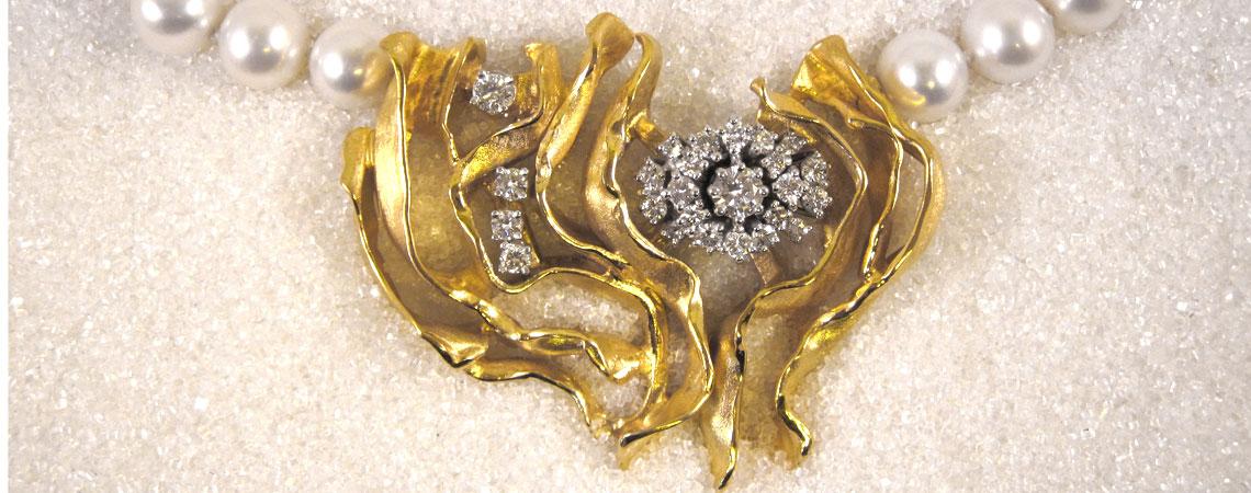 Lås og brosje i gultgull med diamanter