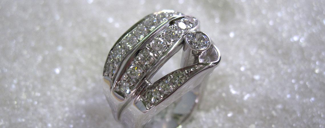 Ring i hvittgull med diamanter