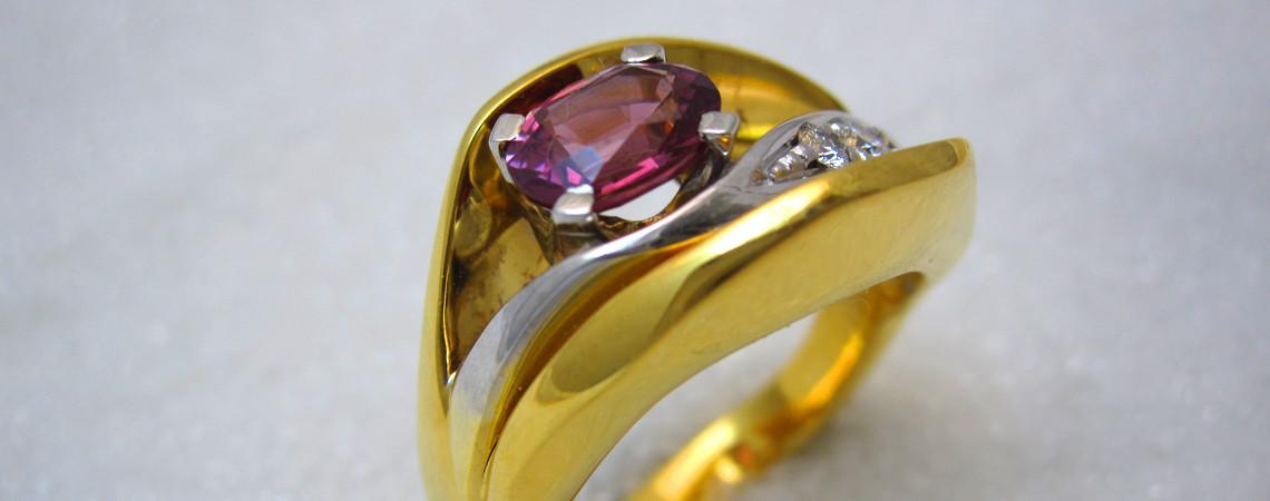 Ring smidd i gult og hvitt gull med turmalin og diamanter